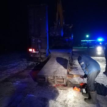 Под Нижним Тагилом водителя тягача насмерть придавило упавшим тралом