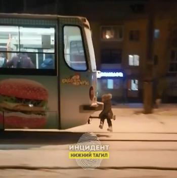 В Нижнем Тагиле на видео попала маленькая девочка, катающаяся на «колбасе» трамвая