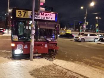 В Екатеринбурге пассажирский автобус врезался в столб после лобового ДТП