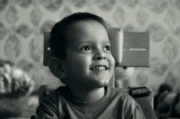 «В год сыну оформили инвалидность». Фоторепортаж о мальчике, который весил при рождении один килограмм
