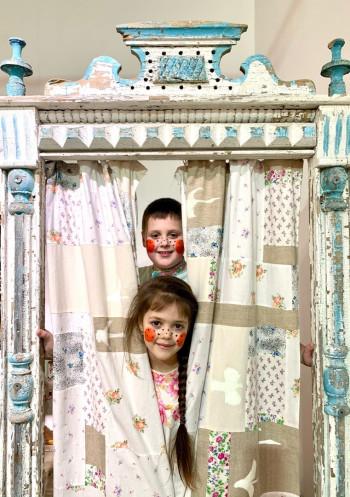 Художница Юлия Пиляй, создавшая музей наличников в Нижнем Тагиле, организует уличный фестиваль детских кукольных спектаклей