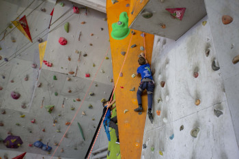 Тагильские скалолазы ищут деньги на оборудование зала в школе №100
