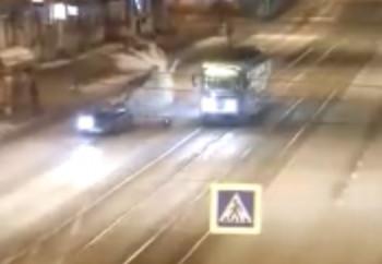 Появилось видео смертельного ДТП в Нижнем Тагиле на проспекте Ленина, где сбили пешехода, выходящего из трамвая