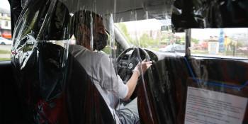В Екатеринбурге предприниматель за свой счёт купил 2000 защитных экранов для таксистов