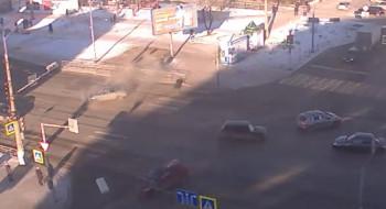В Сети появилось видео ДТП в Нижнем Тагиле, в котором легковушка протаранила забор, а ГИБДД объявила в розыск второго участника аварии