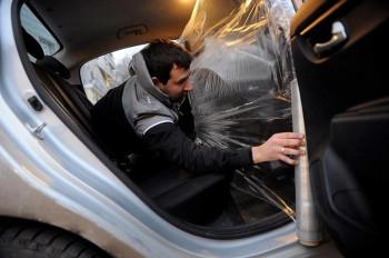 Свердловские таксисты просят у властей компенсации за расходы наустановку «противоковидных» перегородок