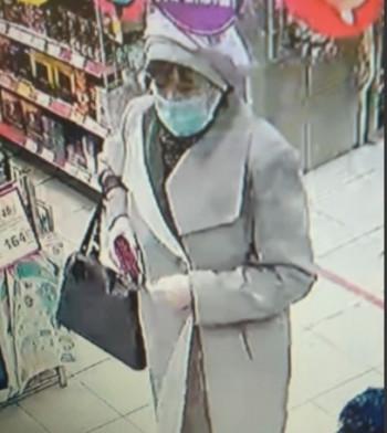 Полиция Нижнего Тагила устанавливает личность женщины, подозреваемой в краже банковской карты у пенсионерки (ВИДЕО)