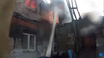 Пожарный-блогер из Нижнего Тагила снял на видео тушение горящего дома на Малой Кушве