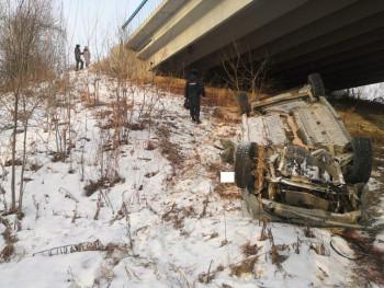 В Свердловской области лесник нашёл под мостом машину с трупом