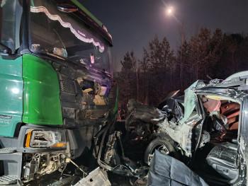 Водитель погиб, пассажир в коме. На трассе под Нижним Тагилом грузовик смял внедорожник