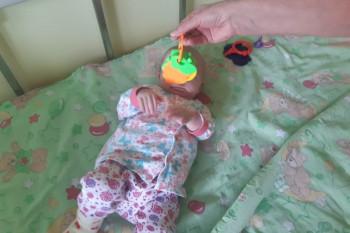 Медики выписывают из больницы девочку из Карпинска, которую мать полгода держала в шкафу. Её отправят в дом ребёнка