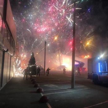 На рынке в Ростове-на-Дону загорелся павильон с фейерверками. Пожар пытаются потушить больше 7 часов (ВИДЕО)