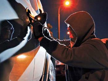 «Вас ищет не только полиция». В Нижнем Тагиле ночная автомобильная кража попала на видео