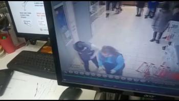 В Нижнем Тагиле мужчина избил двух продавщиц «Магнита», которые пытались отнять у него краденый коньяк (ВИДЕО)