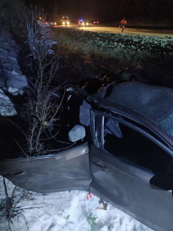 На Пермском тракте Volkswagen выбросило под фуру, двое погибли