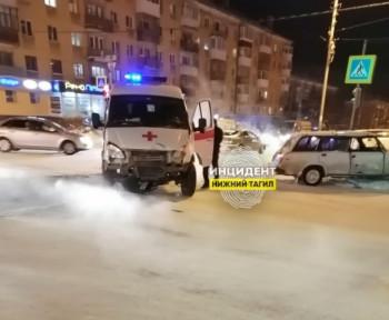 В Нижнем Тагиле автомобиль скорой помощи врезался в легковушку (ВИДЕО)