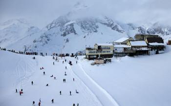 На горнолыжном курорте в Карачаево-Черкесии сошла лавина, под снегом могут находиться до 12 человек