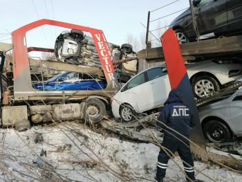 На трассе под Нижним Тагилом автовоз с восемью автомобилями улетел в кювет