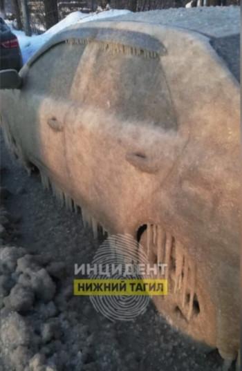 В Нижнем Тагиле машины покрылись коркой льда из-за прорыва трубы