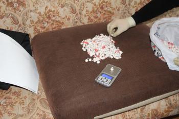 В Нижнем Тагиле мужчина хранил под линолеумом 180 граммов сильного синтетического наркотика