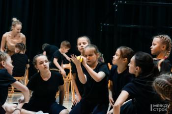 От репетиций в Zoom до выхода на сцену за руку с мамой. Профессиональные танцоры и дети-инвалиды покажут социальный спектакль
