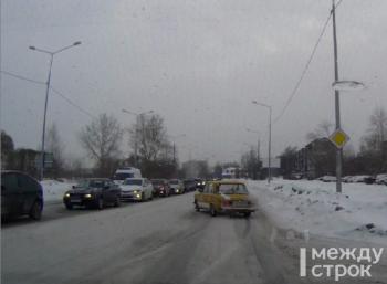 «Таким донжуанам не место на дороге». В Нижнем Тагиле водитель ВАЗ-2106 устроил дрифт на улице Серова в час пик (ВИДЕО)