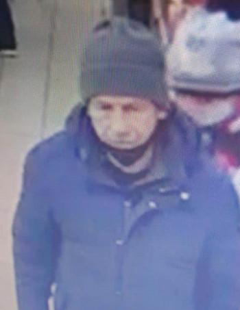 Полиция Нижнего Тагила разыскивает подозреваемого в краже денег из банкомата