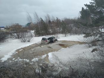 В Полевском автомобиль съехал в водоём, пострадали пятеро детей
