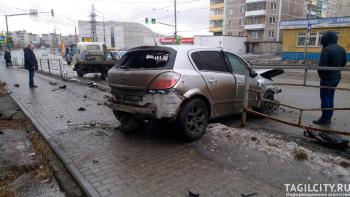 В Нижнем Тагиле Opel протаранил забор на улице Космонавтов