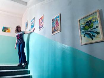 В Нижнем Тагиле экс-сотрудница МВД украсила подъезд дома своими картинами