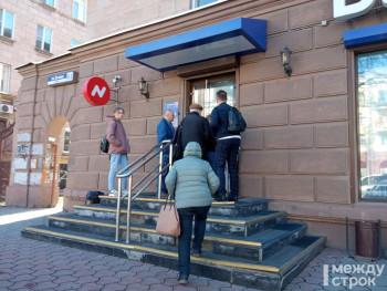 У офиса банка «Нейва» в Нижнем Тагиле люди требуют вернуть деньги. К клиентам вышел руководитель отделения