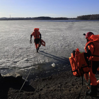 В Нижнем Тагиле спасатели вытащили из городского пруда застрявших на льдине рыбаков (ВИДЕО)