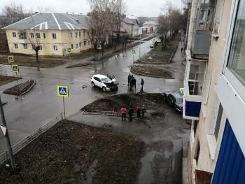 В Нижнем Тагиле «Волга» после столкновения с иномаркой снесла дорожный знак и забор