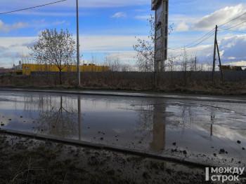 Ямы, камни и куски глины: строители моста через Тагильский пруд разбили дорогу около ТЦ «Лента»