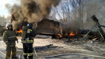 Под Екатеринбургом после ДТП сгорели три фуры