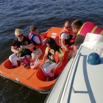 В Нижнем Тагиле туристы застряли на катамаране посреди пруда (ВИДЕО)