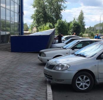 В Нижнем Тагиле часть фасада ТЦ рухнула на припаркованные автомобили