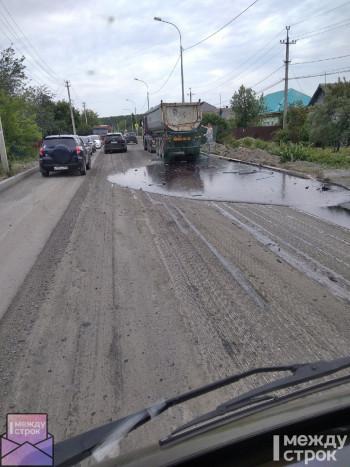 «Чёрная жидкость растеклась по всей дороге». В Нижнем Тагиле на улице Садоводов из-за поломки грузовика затруднено движение