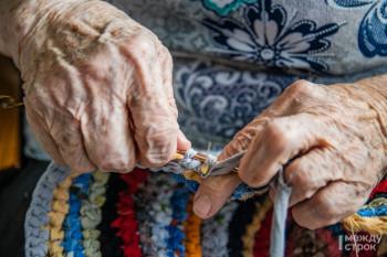 «Если не трепаться и телевизор не смотреть, в день могу два коврика связать». 93-летняя бабушка из Нижнего Тагила создаёт радужные ковры из ненужных вещей