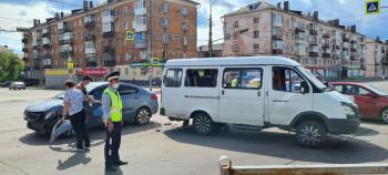В Нижнем Тагиле на перекрёстке легковушка врезалась в пассажирскую «Газель»