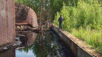Прокуратура ищет виновных в разливе нескольких тонн нефтепродуктов в посёлке Горноуральский под Нижним Тагилом
