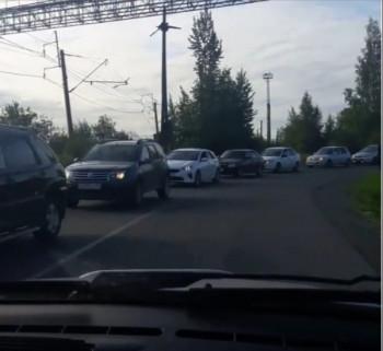 В Свердловской железной дороге ответили на жалобы автовладельцев по поводу пробки на Руднике им. III Интернационала