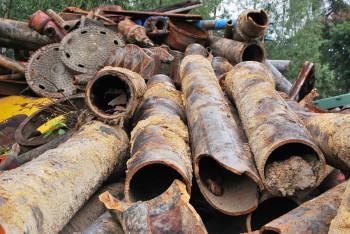 В Нижнем Тагиле трое мужчин незаконно выкопали 72 тонны чугунных труб и сдали их на металлолом