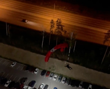 В Екатеринбурге парашютист прыгнул с жилого здания и врезался в машину
