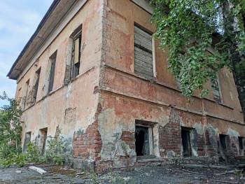 «Это единственная память о разрушенном Выйско-Никольском соборе». Краеведы Нижнего Тагила попросили сенатора Росселя спасти историческое здание, попавшее под снос вместе с воинской частью на Вые