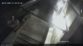В Нижнем Тагиле пьяный мужчина за одну ночь разбил витрины двух магазинов и одного кафе (ВИДЕО)