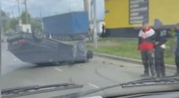В Нижнем Тагиле легковушка перевернулась на крышу после столкновения с кроссовером