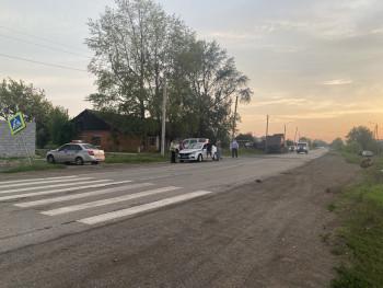 В Белоярском районе пьяный водитель сбил отца с сыном на зебре. Ребёнок погиб на месте