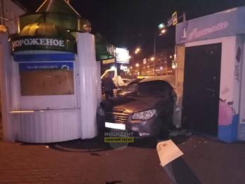На Красном Камне автомобиль после ДТП врезался в ларёк с мороженым