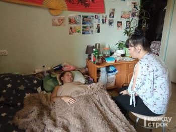 Ускорят получение инвалидности, отправят на реабилитацию. После публикации АН «Между строк» к прикованной к постели Алёне Лапушко приехали чиновники, медики и волонтёры